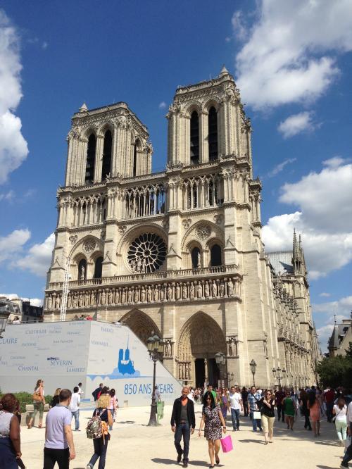 ノートルダム大聖堂 Cathedrale notre-Dame de Paris<br /><br />奥行き128M、幅40M、高さ33Mの堂々たるゴシック様式の建築物で、建物を飾る彫刻やステンドグラスは重要な美術品でいっぱい。<br /><br />高さ69Mの塔からの眺望は素晴らしく、387段の急な階段を上る価値は充分あります。<br />でも大勢の人が待っていたので私は登らなかったです。次回のお楽しみ☆