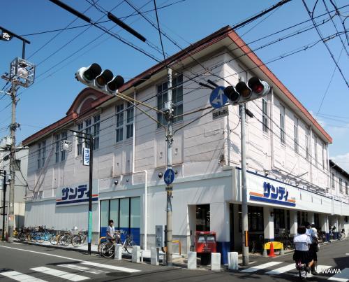 現サンディ天下茶屋店は、北天下茶屋市場商業協同組合とあり、元スーパーサンコーのようです。入店はサンディ1店舗だけのようで、小売市場の組合員が存在しているようには思えませんでした。なお、屋根部分に趣のある建物自体は元郵便局とのこと。<br /><br />