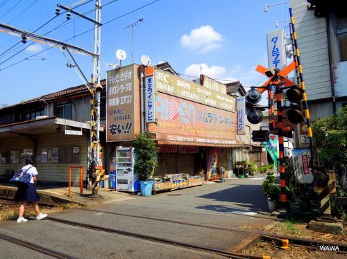 現サンディ天下茶屋店の奥には阪堺電車の松田町駅があります。
