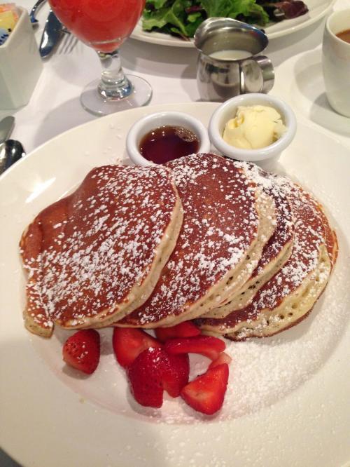 バターミルクパンケーキ♡<br />噂通り美味しく、程よい甘さだったのでパクパク食べました(*^^*)<br />添えてあるイチゴがめちゃくちゃ美味しかったです!!