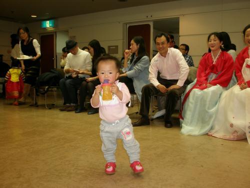 ですが、子供となると話は別です。<br /><br />友達からお国のことを聞かれて「私は朝鮮族よ。」と言っていじめにあわないだろうか。仲間外れにされないだろうか・・・<br /><br />私の娘は2003年、3歳の時に延辺で生活を始めました。小学3年生まで暮らしたのですが、ある時「パパ、日本人は悪い民族なんでしょ。みんなの前で日本人ってあまり言わないで恥ずかしいから・・・」<br /><br />本当に驚きました。