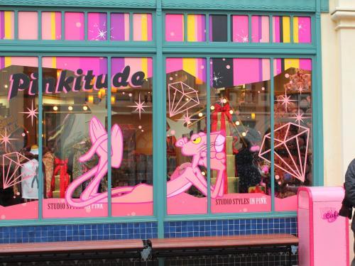 <br />お気に入りの「ピンクカフェ」(13:00〜18:00) のウインドディスプレイ<br /><br />スィーツが色々と揃っているお店です♪