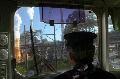 すぐ直後には工場内を走るようなところもある。製紙工場の多い富士市ならではの風景だ。