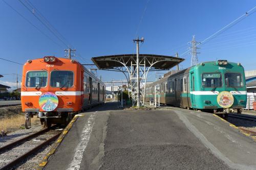 一旦、終点(終着駅)の「岳南江尾駅」まで行った。左側が今乗ってきた「赤蛙」、反対側のホームには「青蛙(?)」も。<br />結構カラフルな路線だね。