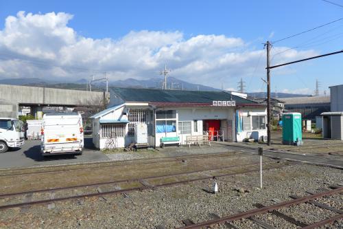 """終着駅・岳南江尾駅の駅舎。<br />無人駅だ。外出しのトイレが見える。ローカルティック満点だなあ・・。<br />すぐ後ろには新幹線の路線が見える。""""新・旧""""が、より際立って見えたなあ。<br />境界線も無く何処までが駅の構内なのか分からない。すぐお隣は別の事業所のトラックが駐車していた。"""