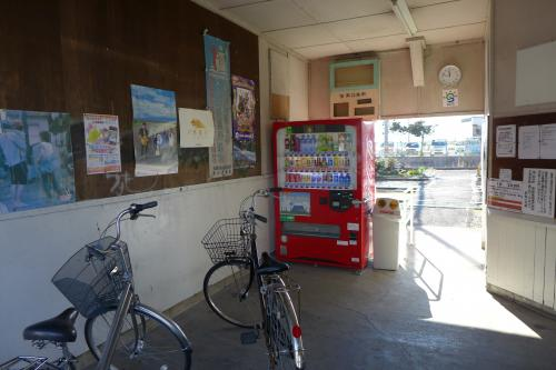 学生たちの自転車だろうか、駅舎の中に無造作に置いてある。<br />長閑でローカルな雰囲気だなあ・・<br />
