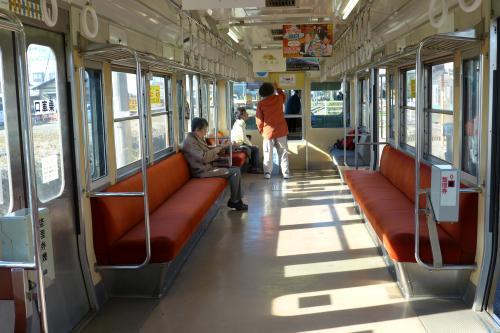 車内の様子。<br />終着駅からなので乗客は少ない。私も入れて4人だな・・。<br />ちなみに先頭側に座ったお二人も岳南電車の「初乗り旅行者兼乗り鉄」だった。
