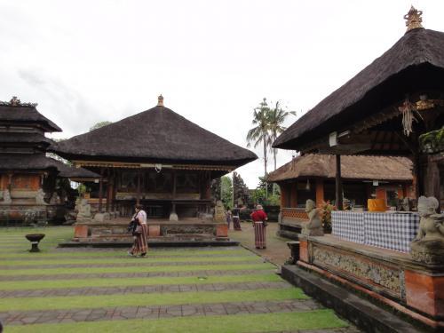 バリの寺院には僧侶が住んでいないと言うのです。寺院の外に住んでいて、祭事には通うとのこと。