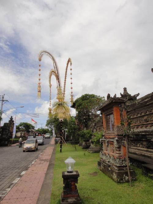 お寺の横は幹線道路。横断するのに係の人が車を停めてくれるので安全です。