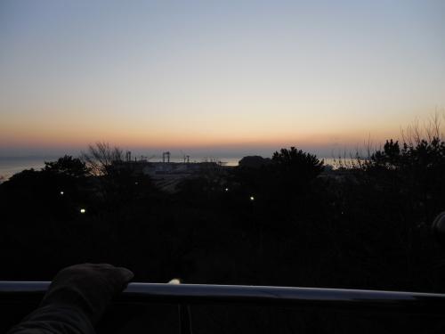 暗い中、京急八景島駅で降り、<br />日の出の時間を気にしながら、急いできました。<br /><br />野島公園展望台で、初日の出を待っています。