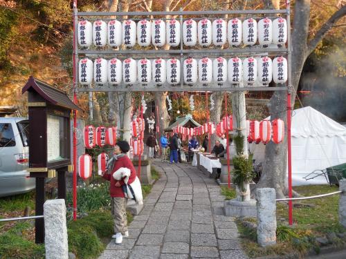 野島を降る途中、野島神社「8時まで元旦祭」の張り紙<br /><br />今年、一社目のお参りは、野島神社にすることに。<br /><br />階段を降りていくと、まもなく 野島神社<br /><br />