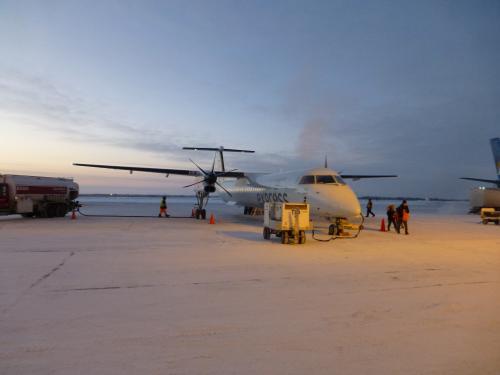 着陸前にキャビンアテンダントが厚いジャケットを着込みました。<br />沖止めなので外を歩かなければなりません。<br />寒いというより息苦しい感じでした。