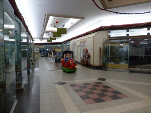 ひっそりとしたショッピングセンター