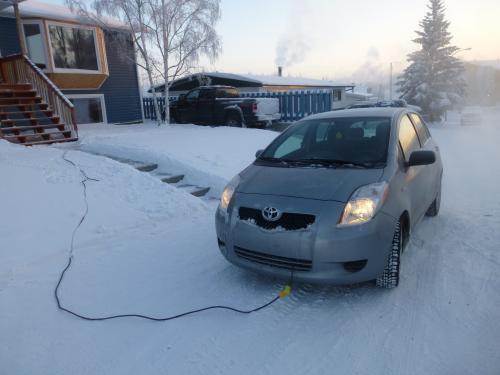 バッテリーが冷えないようにヒーターでも入れているのでしょうか。車のエンジンにはコンセントが引き込まれていました。<br />イエローナイフのナンバープレートは白クマ型をしていました。