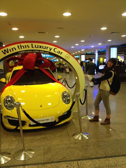 空港内<br />ドバイのロトでこの車が当たるそうです<br />