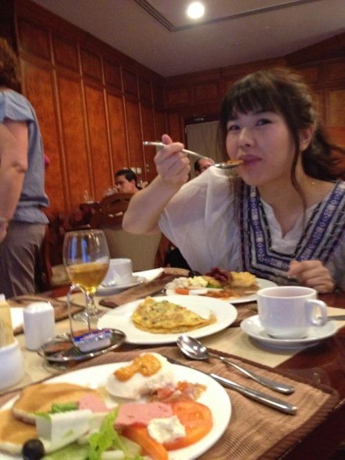 睡眠不足のなか朝食バフェ<br />熱々オムレツを焼いてくれて、どれも美味しかった