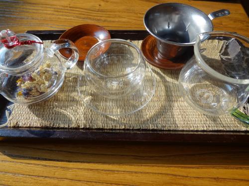 店内のインテリアだけでなく、器も素敵なんですよ!<br />こちらは友人が頼んだ花茶です。<br />小さい器がいくつも用意されていて、何回か移し替えて飲むんです。<br />花茶のセットだけでなく、五味子茶を飲む陶磁器も<br />夏に飲む花氷茶を入れる器もそれぞれのお茶に合った器で<br />センスの良さが感じられます。<br /><br /><br /><br />