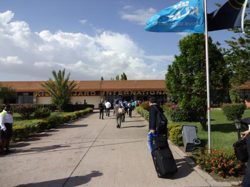 """キリマンジャロ空港に到着です。<br /><br /><br />建物の中に入ると、""""I need visa""""という看板と""""I don't need visa""""という看板があります。<br />ビザのない方は、""""I need visa""""へ。<br />ビザの申請用紙は日本のタンザニア大使館のホームページでダウンロードできます。<br />事前に書いて持っていくと、楽チンです。<br />ちなみにビザ代は、50ドル。"""