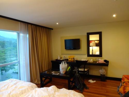 """アルーシャのホテルへ移動。<br />""""Mount Meru Hotel""""というホテルに宿泊しました。<br />ホテルの部屋の写真です。<br /><br /><br />今回の旅の手配ですが、航空券以外の手配は、""""F&K CULTURAL TOURS AND SAFARIS""""という現地ツアー会社に頼みました。<br />現地ツアー会社ですが、日本人スタッフがいますので、日本語でメールのやり取りをして、手配が出来ます。<br /><br />料金<br />車の手配(空港-アルーシャ):50ドル/回(往復100ドル)<br />ホテル:400ドル/部屋・泊(2泊800ドル)<br />※部屋はジュニアスイートです。3人で1部屋を利用しました。<br />キリマンジャロ登山:1385ドル/人<br />ンゴロンゴロサファリツアー(1泊2日3人分):2154ドル<br /><br /><br />""""F&K CULTURAL TOURS AND SAFARIS""""<br />http://jp.fk-safari.com/index.html"""