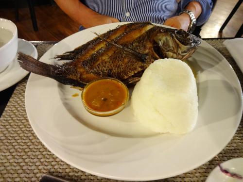 ホテルのレストランで食事。<br />お魚(ティアピラ)とウガリ(トウモロコシの粉)です。<br /><br /><br />ティラピアって聞きなれない魚の名前ですが、弁当の得体の知れない白身魚のフライの正体なのだそうです。<br />淡水魚ですが、臭みもなく淡白でおいしいです。<br />