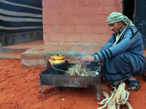 岩山から降りると、ベドウィンのお兄さんが朝のお茶の準備を始めていた。<br />岩山散策で体が冷え切っていたので、一緒にたき火で温まらせてもらう。<br />