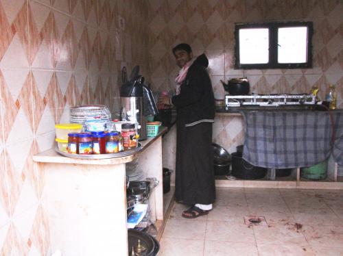 台所からはコトコトという物音。<br />覗いてみると、こちらでも朝食の準備中。<br />朝の岩山登りでお腹も空いたし、今日の朝ご飯は何かな〜。<br />