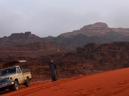 砂丘の背後には茶色い裏山。<br />この茶色の岩山から、赤い砂が生まれてくるなんてなんだか不思議。<br />ワディ・ラムの岩山の石は、とても柔らかく、もろい。<br /><br />きっと、そんなに遠くない未来(旧約聖書の頃から比べたら)に、岩山は全て赤い砂になってしまうのかもしれない。<br />
