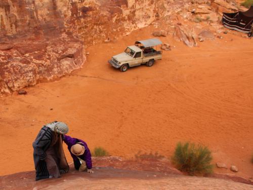"""石橋を登るには右側の崖を登らなければならない。<br />以前、オーストラリアのウルル(エアーズロック)に登ったが、この石橋の最初の勾配はウルルよりもキツイ。そして、掴まるための綱などは一切ついていない。<br />もし、足を滑らしたりしたら下まで転げ落ちることは間違いなし。<br />打ち所が悪ければ、今の世界にとどまることはできなくなるだろう。<br /><br />ベドウィンのお兄さん、私と母の方を向いて、登るか?と聞く。<br />勿論、答えは""""YES""""。<br />彼は、にこりと笑い、草履を脱ぎ母の手を引いて崖を登り始めた。<br />"""