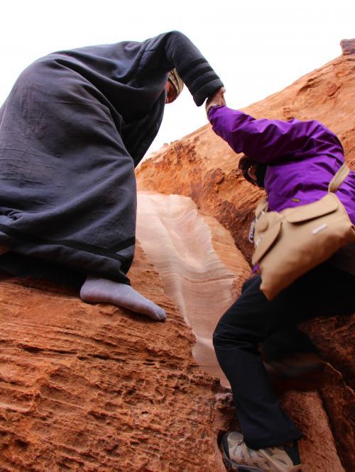 橋の上に出るには、もうひと頑張り。<br /><br />ベドウィンのお兄さんに手を引かれた母も気を付けながら、ユックリと登る。<br />