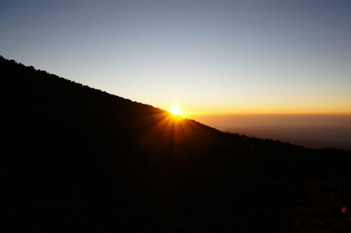 日の出<br /><br />さてさて、今日も元気にホロンボハット(3700m)からキボハット(4700m)まで頑張ります。<br /><br />あー、頭痛!!