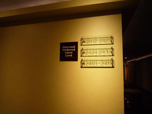 """今回2度目のロイヤルオーキッドシェラトン。<br />このホテルにした決め手は・・・<br />・全室チャオプラヤビューの部屋<br />・スタッフの教育がされていて心地よく過ごせる<br />・築年数のわりに、うま〜く改修を重ねて機能的な客室<br />・プールが充実<br />・チャオプラヤ川を見ながらの朝食<br /><br />チェックイン時に""""Welcome back""""と言ってくれ嬉しかった〜♪<br />そして、無料=0円宿泊なのに24階のフロアにしてくれた==☆"""