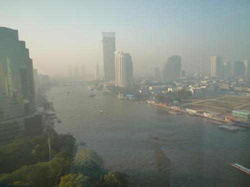 翌朝〜サワディーッカ!!<br />お部屋からチャオプラヤ川一望です☆<br />ちょっと霞んでいるけど、この景色が見たかったのよ〜。<br />ゆったり流れるチャオプラヤ、やっぱ好きだな☆