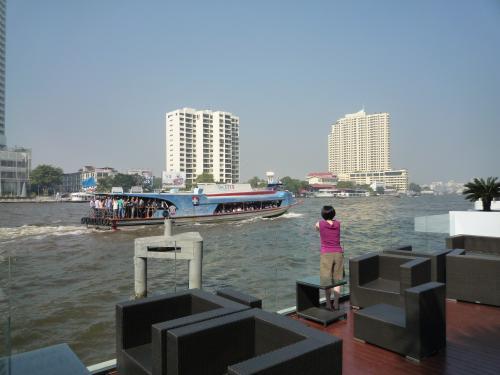 朝食後もまだチャオプラヤ川を眺めるぴぴまる。<br />こういった時間がホント好き☆<br />
