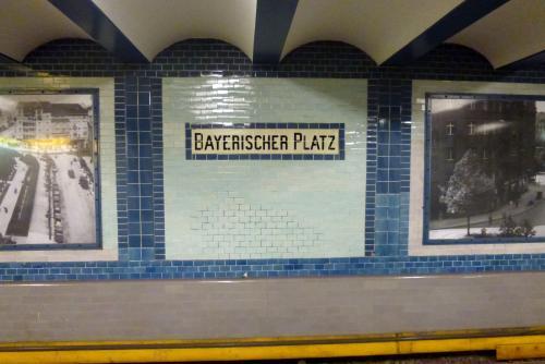 今日も出発はUバーンのバイエリッシャープラッツ駅から。<br /><br />いつものようにベルリンABCゾーンターゲスカルテ(1日乗り放題チケット)を購入します。<br /><br />バイエリッシャープラッツ駅のホームには、壁のタイルにこの歴史的地区のパネルがはめ込んであります。<br />とても興味深い絵です。<br />