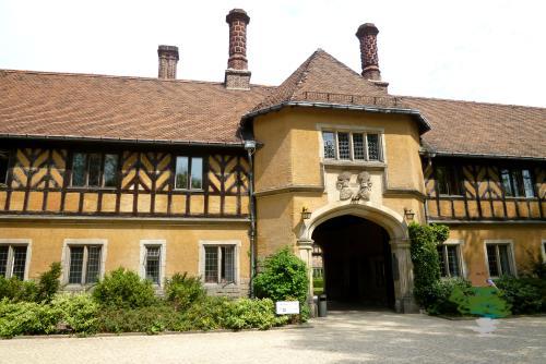 入り口。<br /><br />この宮殿は、ドイツ最後の皇帝ヴィルヘルム2世の長男、ヴィルヘルム皇太子とその妃ツェツィーリエの居城として1913年から1917年にかけて建設されました。<br /><br />皇太子の希望で、イギリスのチューダー朝のカントリーハウス様式の建築にしたそうです。<br />またここは皇太子妃の名前をとってツェツィーリエンホフと名づけられました。<br />