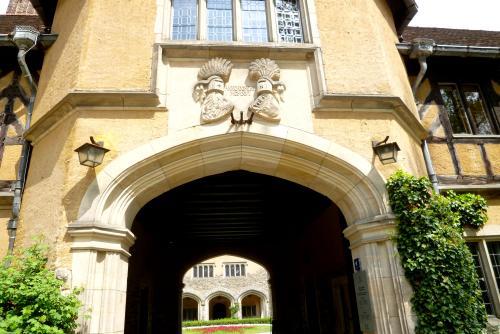入り口の門の紋章は、ホーエンツォレルン家の鷲と、メクレンブルク家の野牛を象った2つの紋章が合わさったものです。<br /><br />皇太子妃は、北ドイツのメクレンブルク家からお輿入れしてきました。<br />
