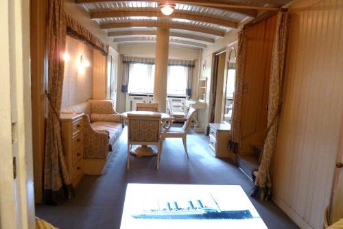 船室を模した皇太子妃の小部屋。<br />皇太子妃の生まれ故郷北ドイツの船舶会社からの贈り物だそう。<br /><br />この部屋で一家で楽しく団欒した日もあったのですね。<br />