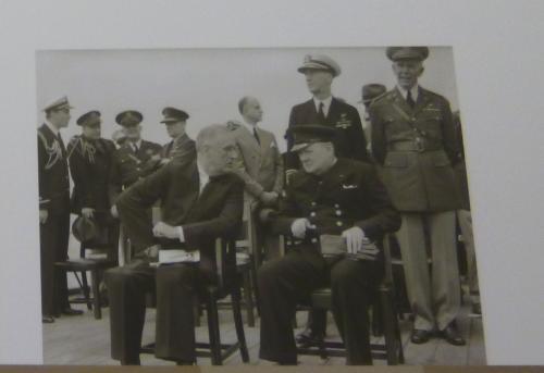巨頭会談はポツダム会談が初めてではありません。<br /><br />1941年8月9日 - 12日には、イギリス首相のウィンストン・チャーチルと、アメリカ合衆国大統領のフランクリン・ルーズベルトが、英戦艦プリンス・オブ・ウェールス上で会談しています(大西洋会談)。<br /><br />そこで戦後の世界構想が組み込まれた大西洋憲章が調印されています。<br />