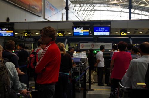 朝5:30に起きて、タクシーに乗ったのは結局6:00頃、結構ギリギリだったが無事集合時間の6:30には北京首都空港T2に間に合った。昔は国際線のメインターミナルだったけどT3が出来てからはご無沙汰。チェックインカウンターの前には昨日紹介されたChrisが待っていて、パスポートだけ見せれば良いから各自チェックインするように指示される。<br /><br />