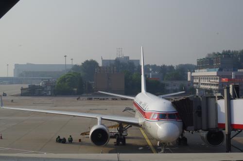 機材は最新のTu-204。旧ソ連時代のIl-62とかTu-154とかだったら尚良かったのだが残念。赤い塗装がまぶしい。