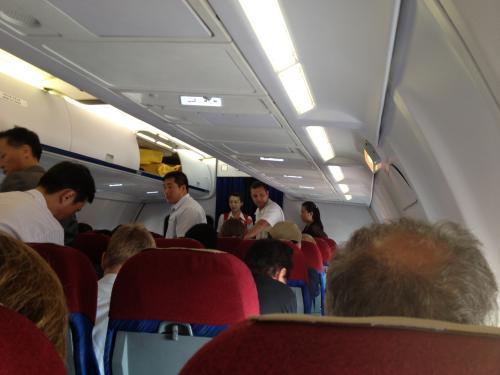 CAさんがいきなり美人でびっくり。他の方の旅行記で機内の写真は消すよう言われたりしたのを見たのでビクビクしながら隠し撮り。(笑)