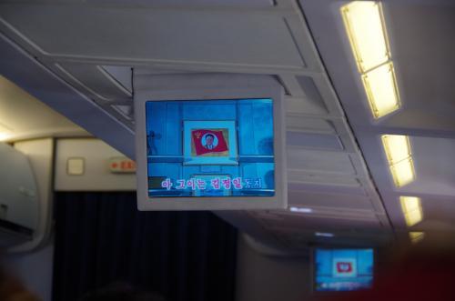 機内エンターテイメントシステム(!)ではひたすらカラオケ映像が流れる。曰く「あーあのお方が金正日同志・・・」