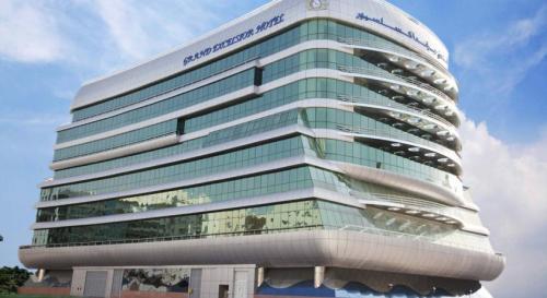 ホテルはここ<br />豪華客船の形をしたGRAND EXCELSIOR HOTEL BUR DUBAI<br />建物下部の波とか笑える