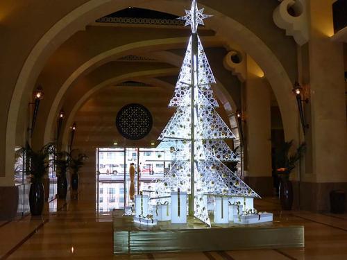 ロビーにはクリスタルのクリスマスツリーがまだ飾ってあります。<br /><br />フロントでチェックインですが、旅行代理店アラビアン・アドベンチャーの日本人ガイドさんがやってくれました。<br /><br />そこで、宿泊中は朝も昼も夜も食事は無料で付いてますと聞かされました。<br /><br />ホテルからのサービスだそうです。<br /><br />有り難い!<br /><br />