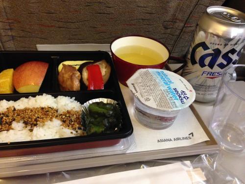 <br />定刻通りに離陸した飛行機はシートベルト着用サインが消えたと同時に機内食の提供。<br /><br />お腹を空かせておきたいのでとりあえずビールだけいただきます♪<br /><br />