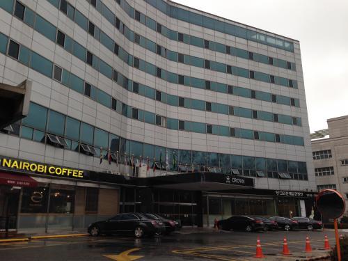 今回の宿泊は梨泰院のクラウンホテル。<br /><br />写真撮るようなホテルちゃうでー。と言われながらも一応撮影。笑<br />(この写真は最終日に撮影)<br /><br />ホテルに着いたのは既に21時過ぎ。