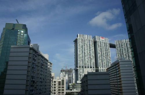 羽田深夜発のANA便に乗り込み、いざシンガポールへ!<br /><br />現地には早朝に到着、ちゃっちゃとタクシーに乗り込み、いざ宿泊先のAMARAホテルへ!(写真は、到着後にホテルの部屋から)<br /><br />外はムシムシだけども快晴でございます。