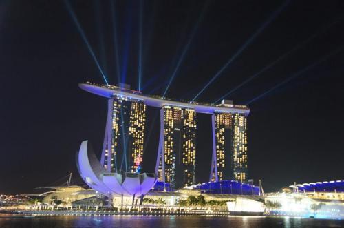 夜はお友達とマリーナベイサンズの夜景ショーを見にいきました!<br /><br />シンガポールの建国記念日の間近で、真横のフロートではリハーサルが行われてました☆<br /><br />花火も見られて、あー大満足な1日!!!