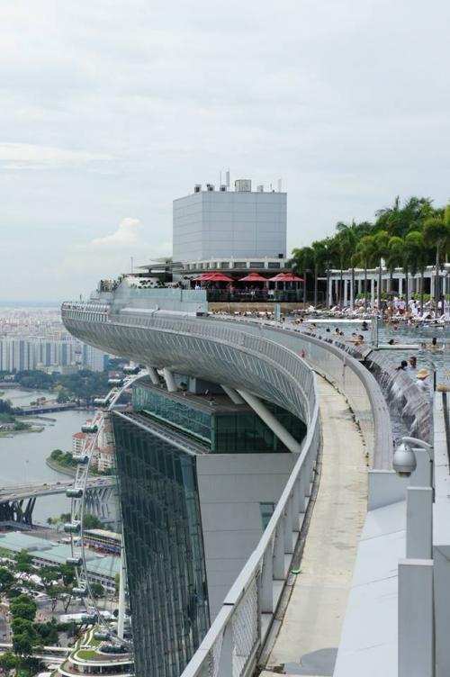 上のルーフトップバーへ登り、ランチにチキンライスを食べました♪<br /><br />食後はプールを横目にシンガポールを空から満喫!!<br /><br />が、途中から雨粒がポツポツと降ってきたので、早々に退散w