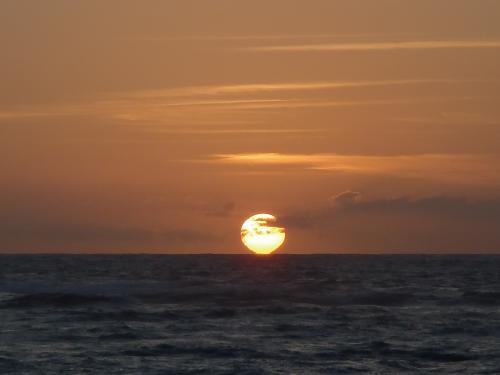 コートヤード バイ マリオット カウアイ アット ココナッツビーチに早朝散歩。今日も天気良くなりそうな日の出。